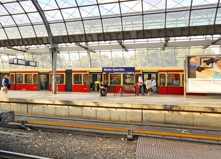 S-Bahn im Bahnhof Spandau (Foto: VBB)