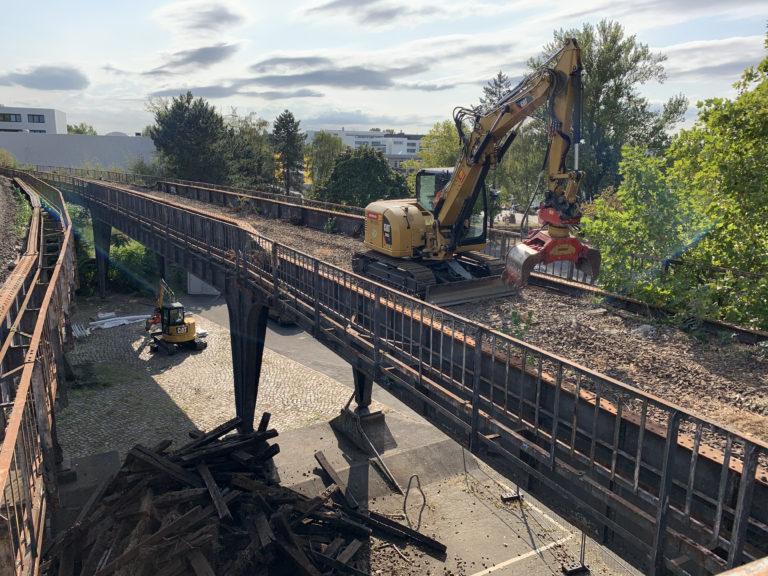 Bagger beräumen das Viadukt von Schotter, Foto: Deutsche Bahn