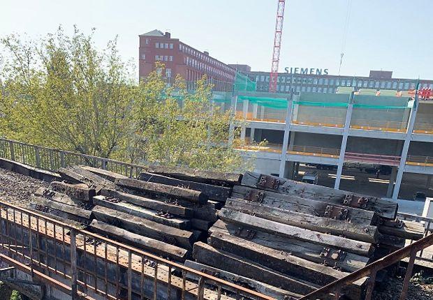 Die Schwellen werden aus dem Gleisbett der Siemensbahn entfernt (Foto: DB AG)