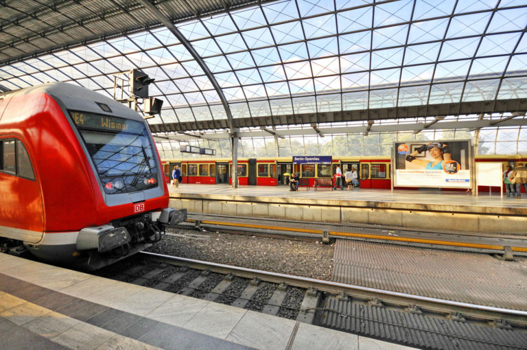Bahnhof Spandau, S-Bahn, Regional- und Fernverkehr laufen hier zusammen Deutschland
