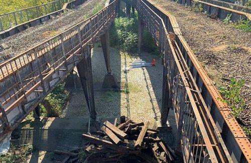 Die alten Holzschwellen vom Viadukt der Siemensbahn haben ausgedient (Foto: DB AG)